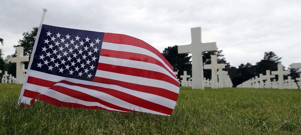 Foto: Una bandera estadounidense ante las tumbas de soldados norteamericanos caídos en el Día D, en el Cementerio Estadounidense de Normandía (Reuters)
