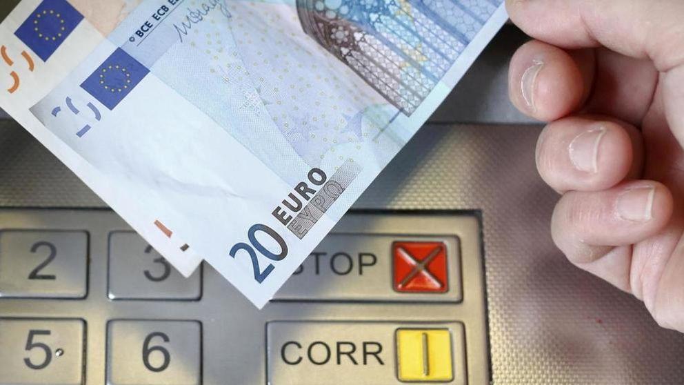 Caos en la guerra bancaria: puedes acabar pagando hasta dos comisiones en el cajero