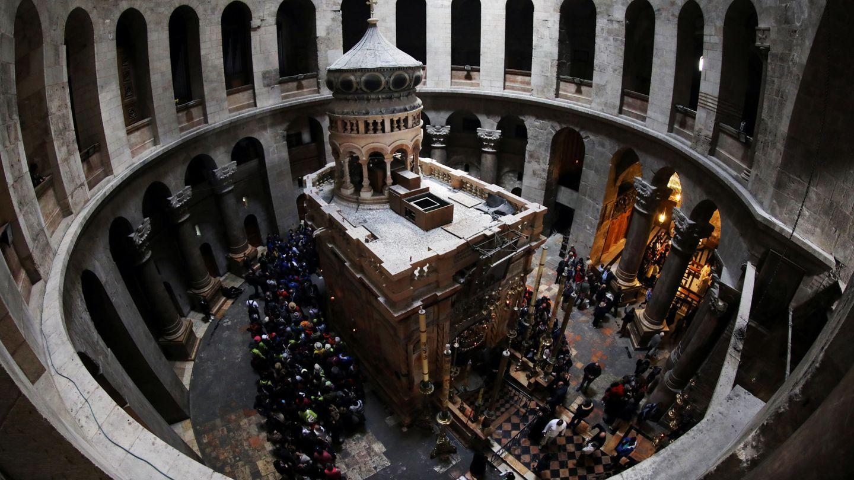 Peregrinos en el interior de la iglesia del Santo Sepulcro, en Jerusalén. (Reuters)