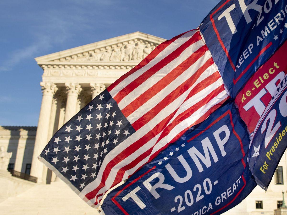 Foto: Un seguidor de Trump ondea una bandera frente al Tribunal Supremo, el pasado día 11. (EFE)
