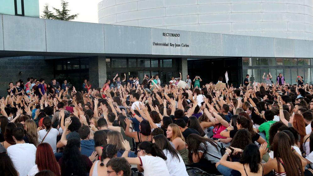 Foto: Los alumnos de la URJC, durante una protesta frente al rectorado. (EFE)