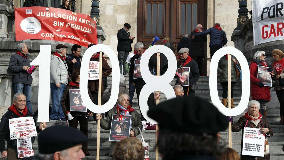 Foto: Jubilados y pensionistas, durante la concentración semanal en Bilbao. (EFE)