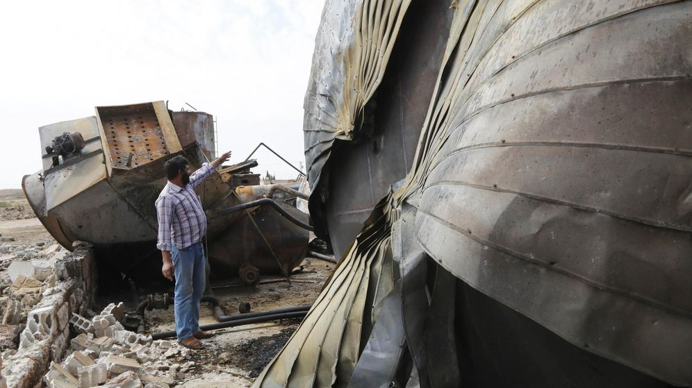 Foto: Una refinería de petróleo destruida durante un ataque contra el ISIS (Reuters)