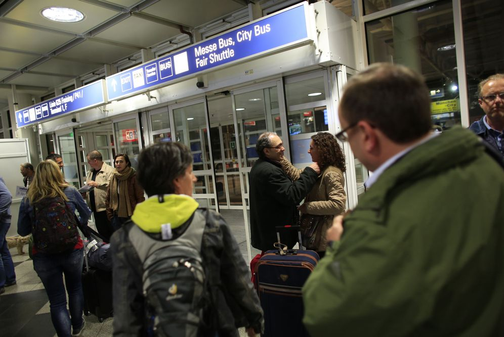 Foto: El emigrante José Manuel Abel recibe a su mujer, de visita en Alemania durante un fin de semana, en el aeropuerto de Múnich (Reuters).