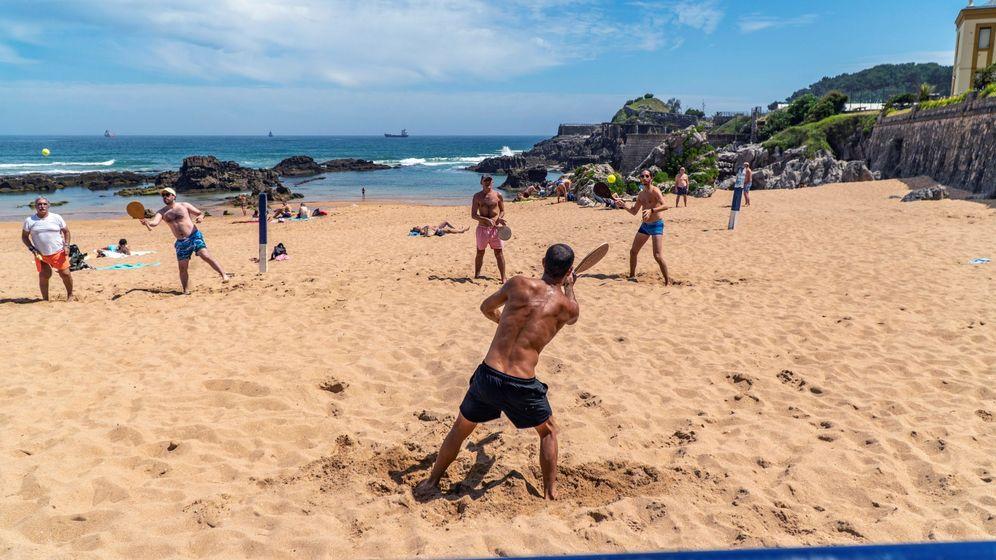 Foto: Santanderinos, ya en la fase 2, optaron por broncearse, pasear y bañarse en 'primer día de playa'. (EFE)