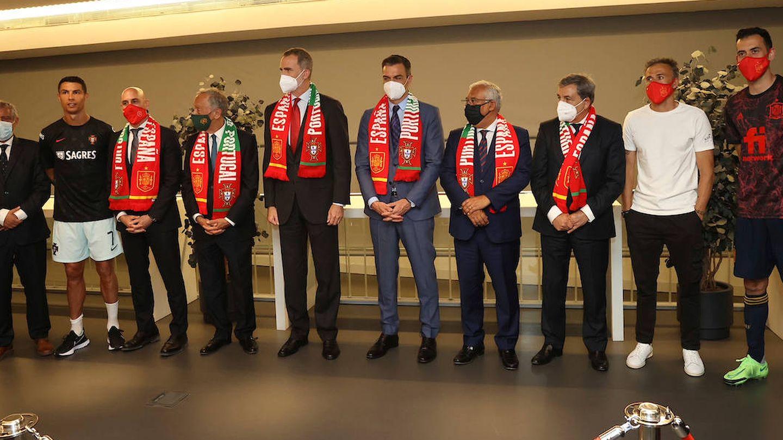 Felipe VI y Marcelo Rebelo de Sousa posan con Pedro Sánchez, algunos de los jugadores, seleccionadores y personalidades institucionales. (Limited Pictures)