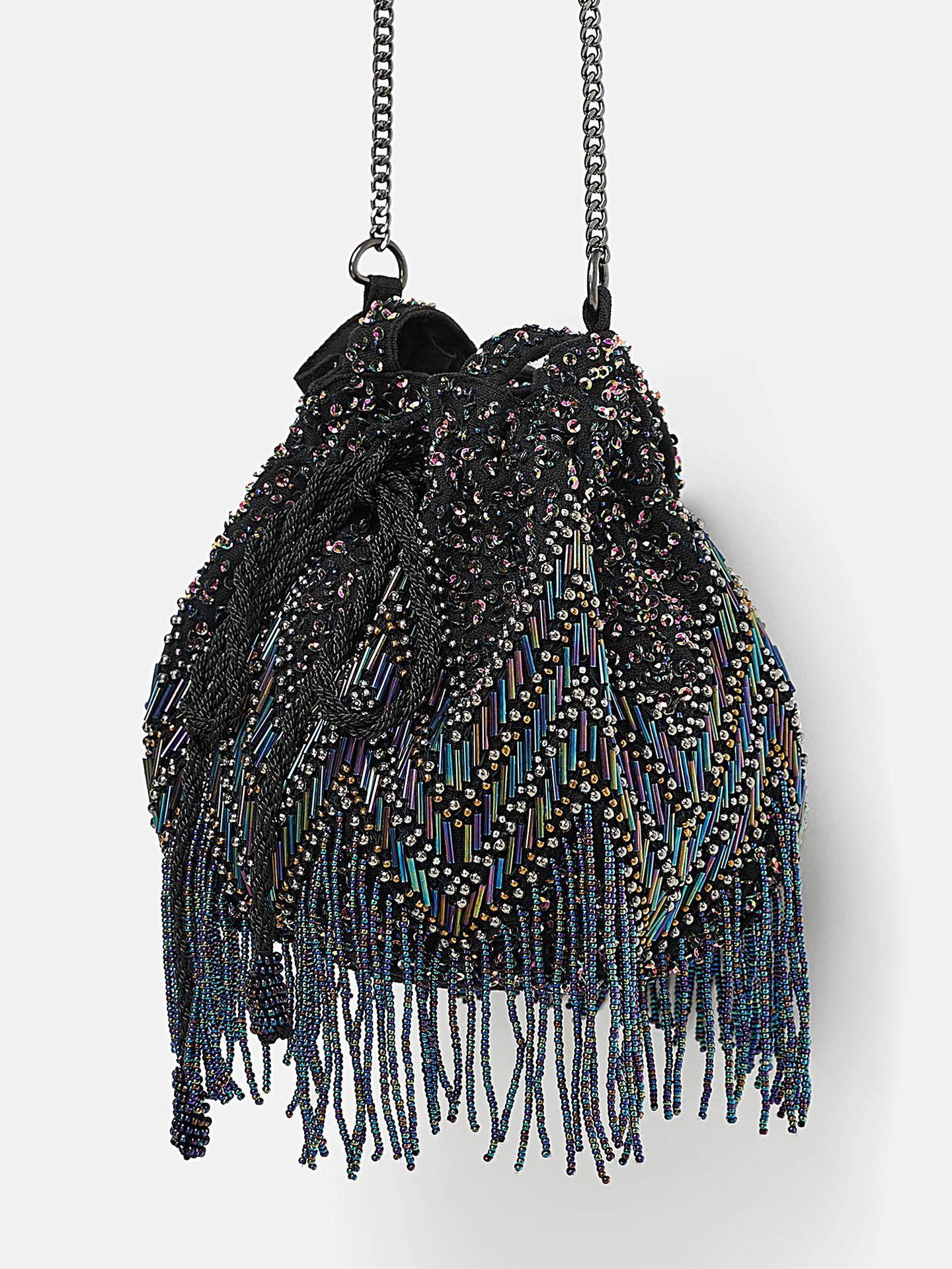 Los bolsos pequeños y decorados con abalorios y pedrería, otro de los imprescindibles de Zara para 2019. (Cortesía de la marca)