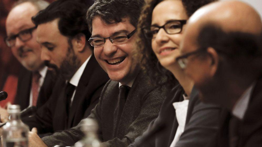 Foto: El ministro de Energía, Álvaro Nadal (c), durante la reunión con los representantes de los grupos parlamentarios para abordar la financiación del bono social. (EFE)