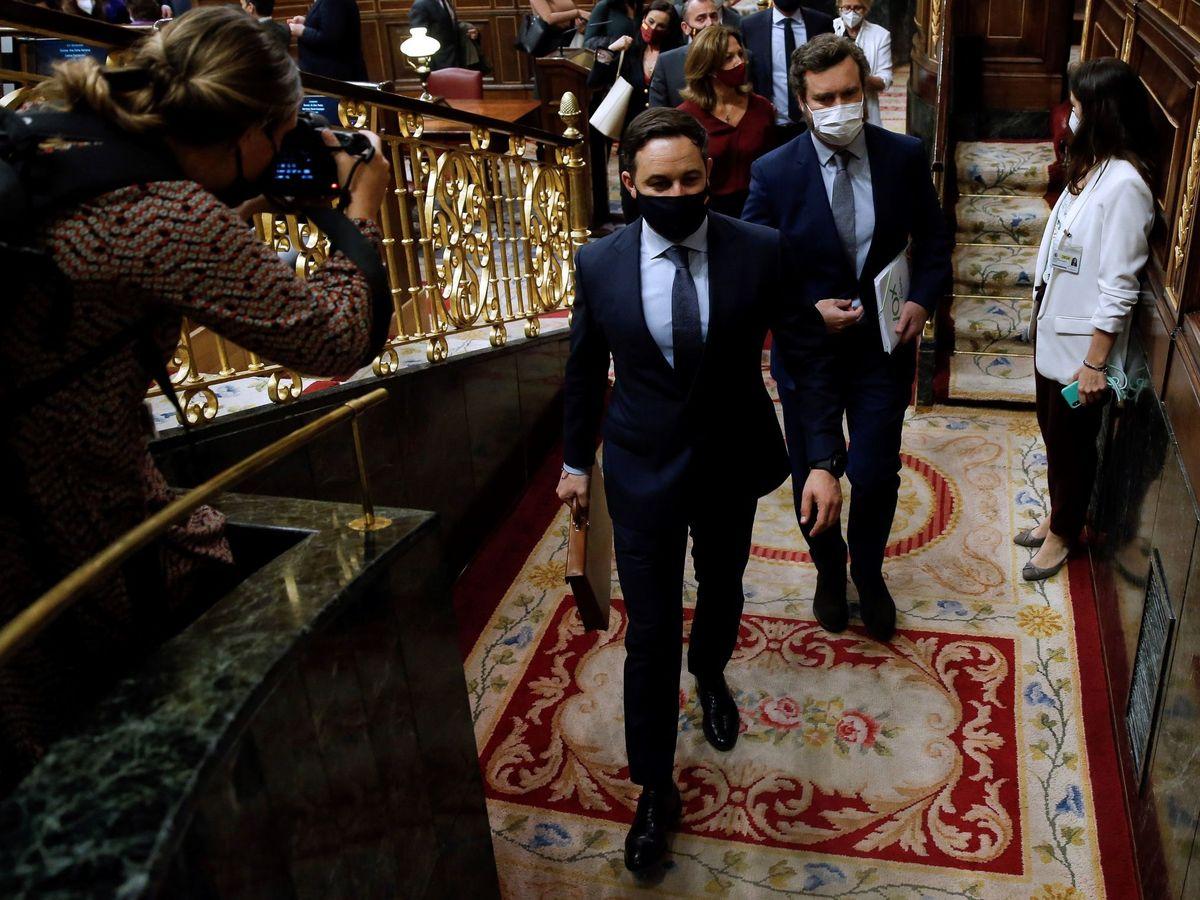 Foto: Abascal y Espinosa de los Monteros, saliendo del hemiciclo. (EFE)