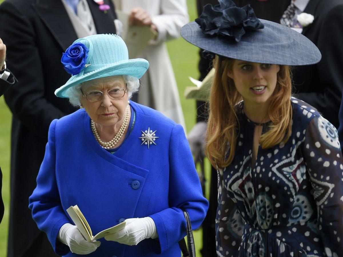 Foto: La reina Isabel, con su nieta Beatriz. (Reuters)