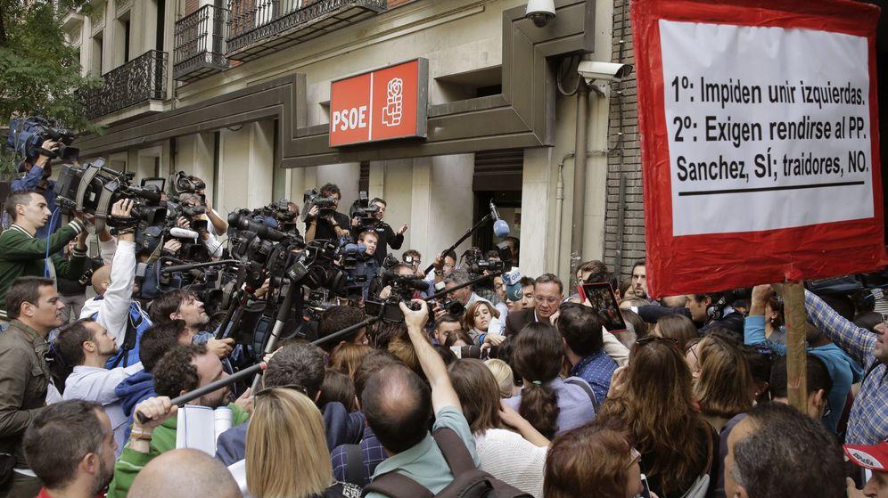 Foto: Numerosos periodistas, a la entrada de la sede del PSOE en Ferraz donde el líder del partido, Pedro Sánchez, reunió a la ejecutiva este jueves. (EFE)
