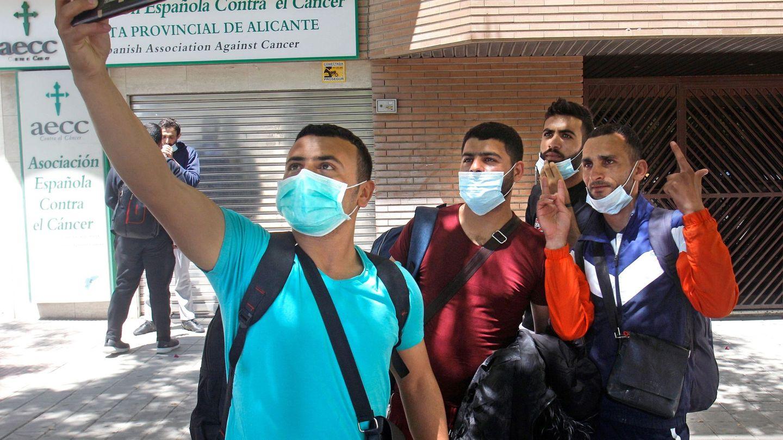 Inmigrantes llegados a Alicante en mayo de este año. (EFE)