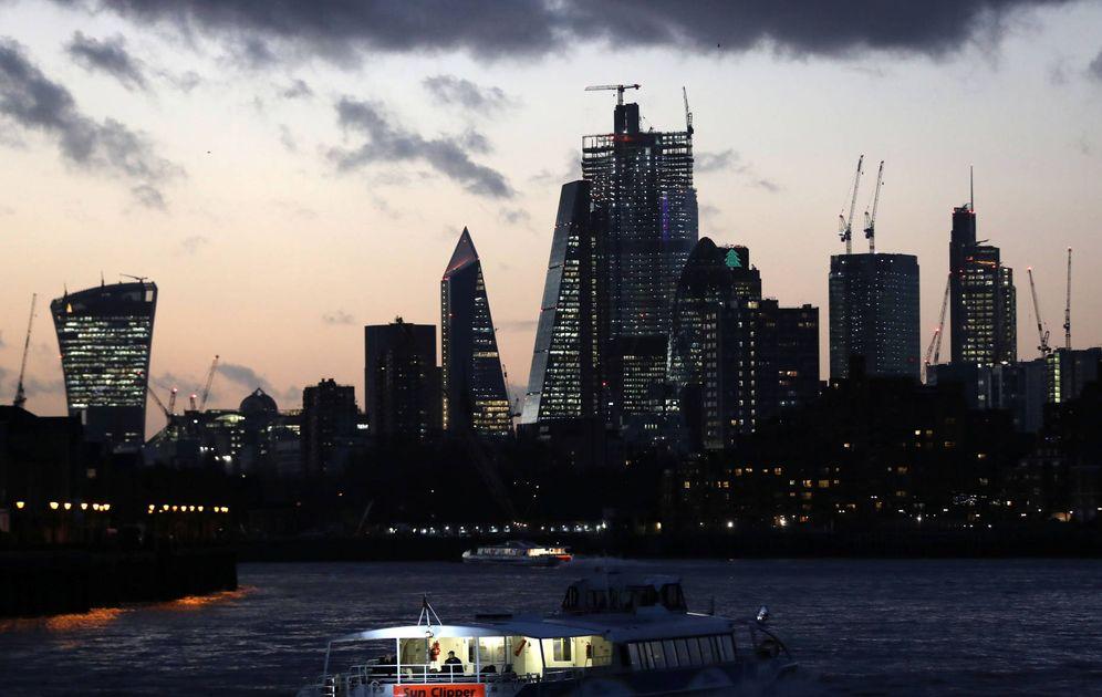 Foto: El sol se pone tras el distrito financiero de Londres, el 7 de diciembre de 2018. (Reuters)