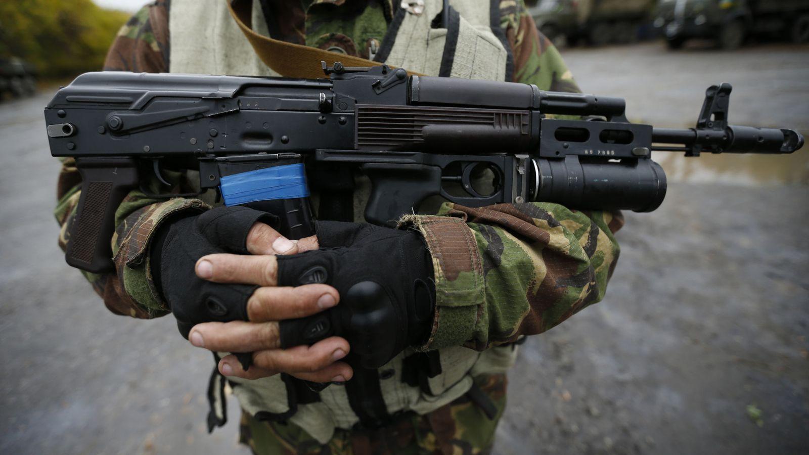 Foto: Un soldado ucraniano sostiene un kalashnikov en un campamento de Luhanske, en el este de Ucrania, en septiembre de 2014 (Reuters)