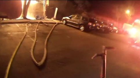 Este bombero atrapa al vuelo a una niña lanzada desde el balcón de su apartamento en llamas