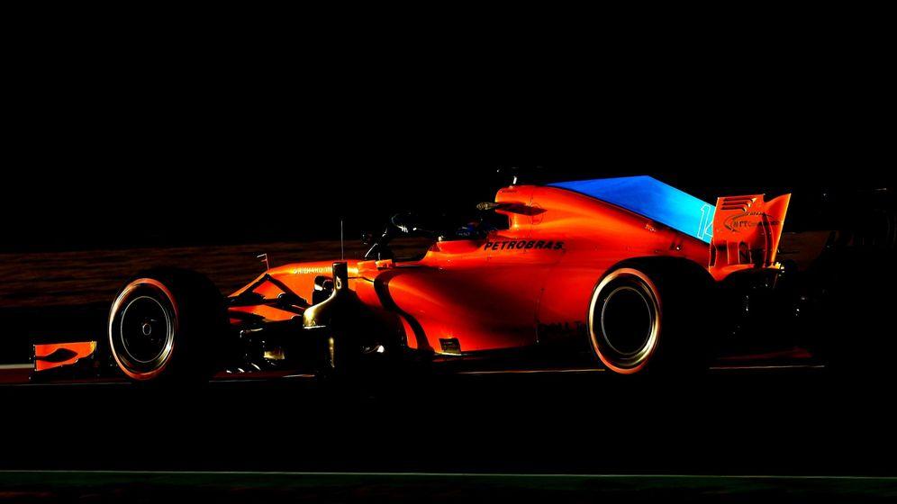 Foto: La imagen perfecta del día: Alonso poniendo luz a un panorama negro para McLaren. (EFE)