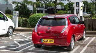 Cómo los coches eléctricos (para 'ricos') los pagarán los diésel (de los 'pobres')