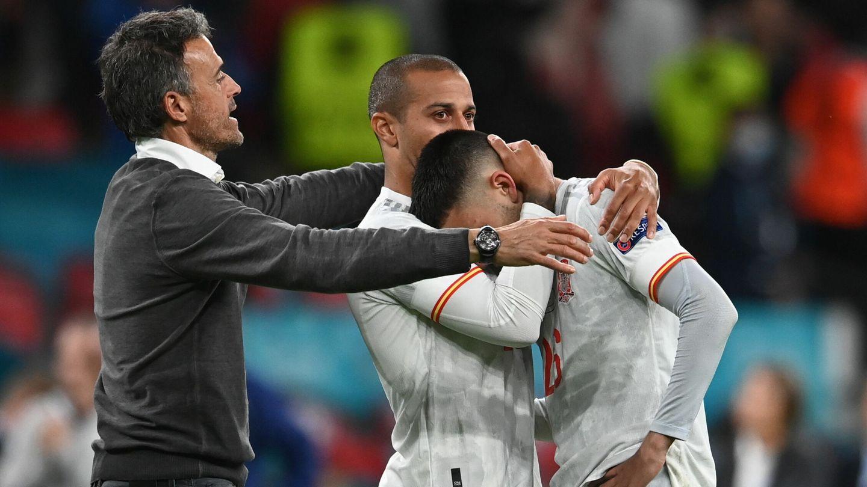 Luis Enrique consuela a Pedri tras la eliminación. (EFE)
