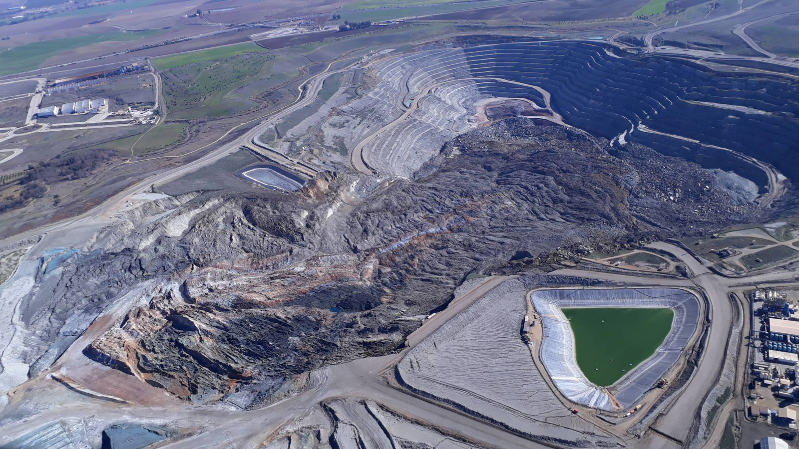 Foto: Foto aérea del derrumbe en la mina Las Cruces. (Ecologistas en Acción)