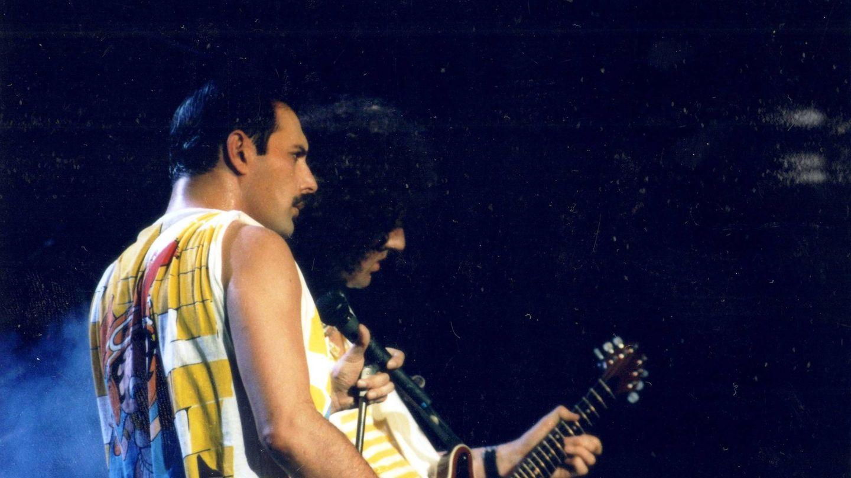 Freddie Mercury junto a Brian May en directo