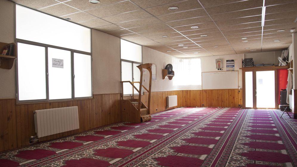 Foto: Vista del interior de la mezquita islámica Annour de Ripoll, en la cual el imán Abdelbaki Es Satty guiaba las oraciones. (EFE)