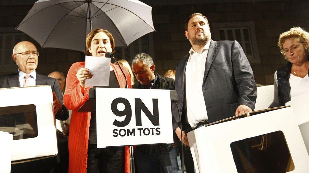 Foto: La alcaldesa de Barcelona, Ada Colau (i), acompañada entre otros por el líder de ERC, Oriol Junqueras. (EFE)