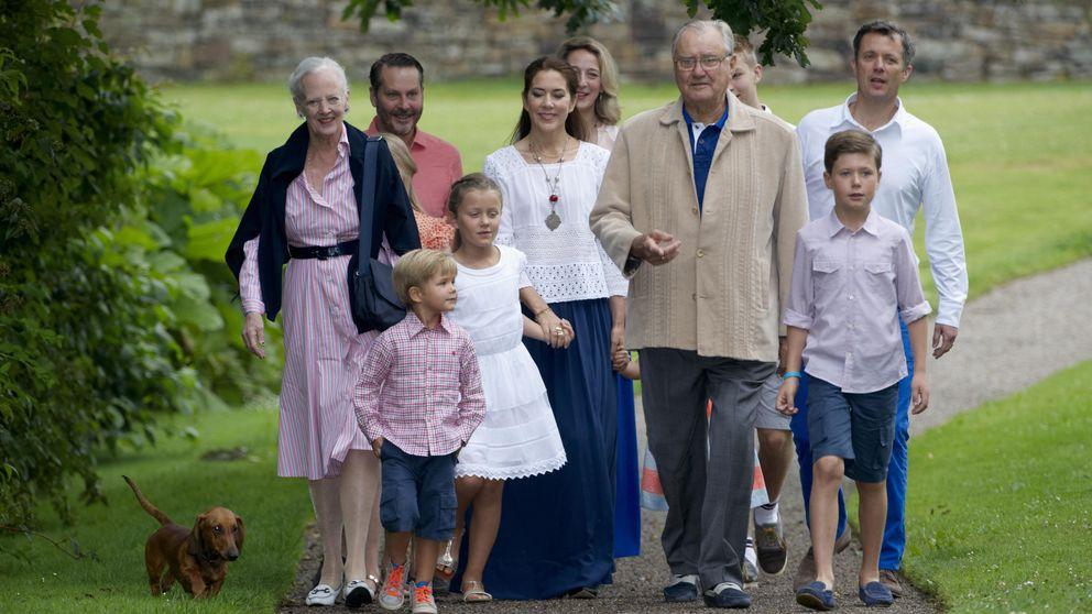 El idílico posado de la familia real danesa en los jardines de Graasten