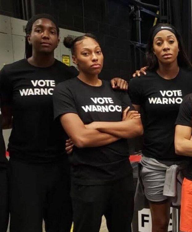 Foto: Jugadoras del Atlanta Dream, con camisetas de apoyos al rival político de su dueña. (Elizabeth Williams)