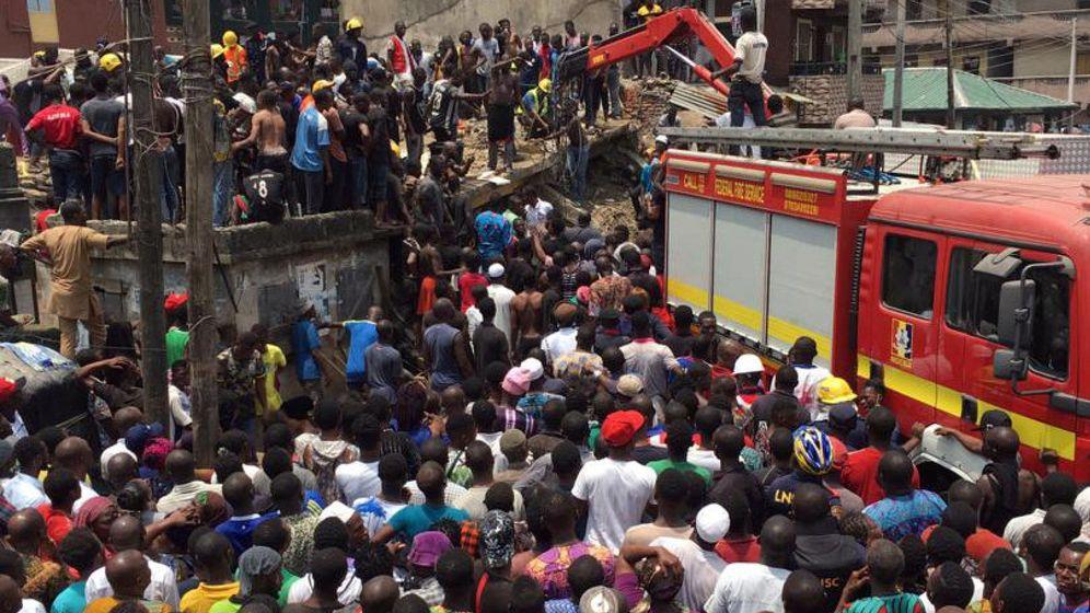 Foto: Trabajadores de los equipos de rescate trabajan en el edificio. (Reuters)