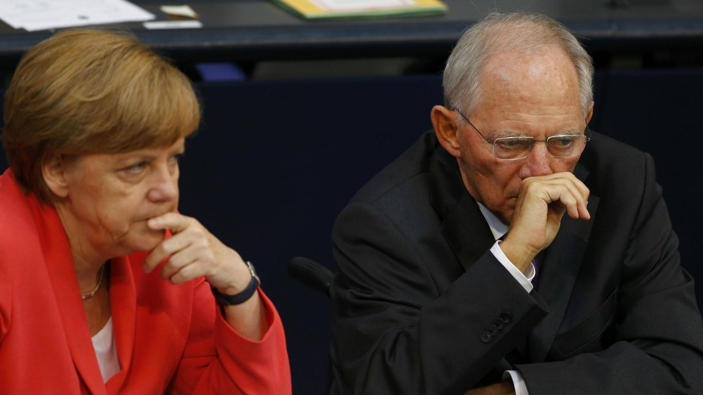 La canciller y el ministro de Finanzas Schäuble durante una sesión del Parlamento alemán, en Berlín (Reuters).