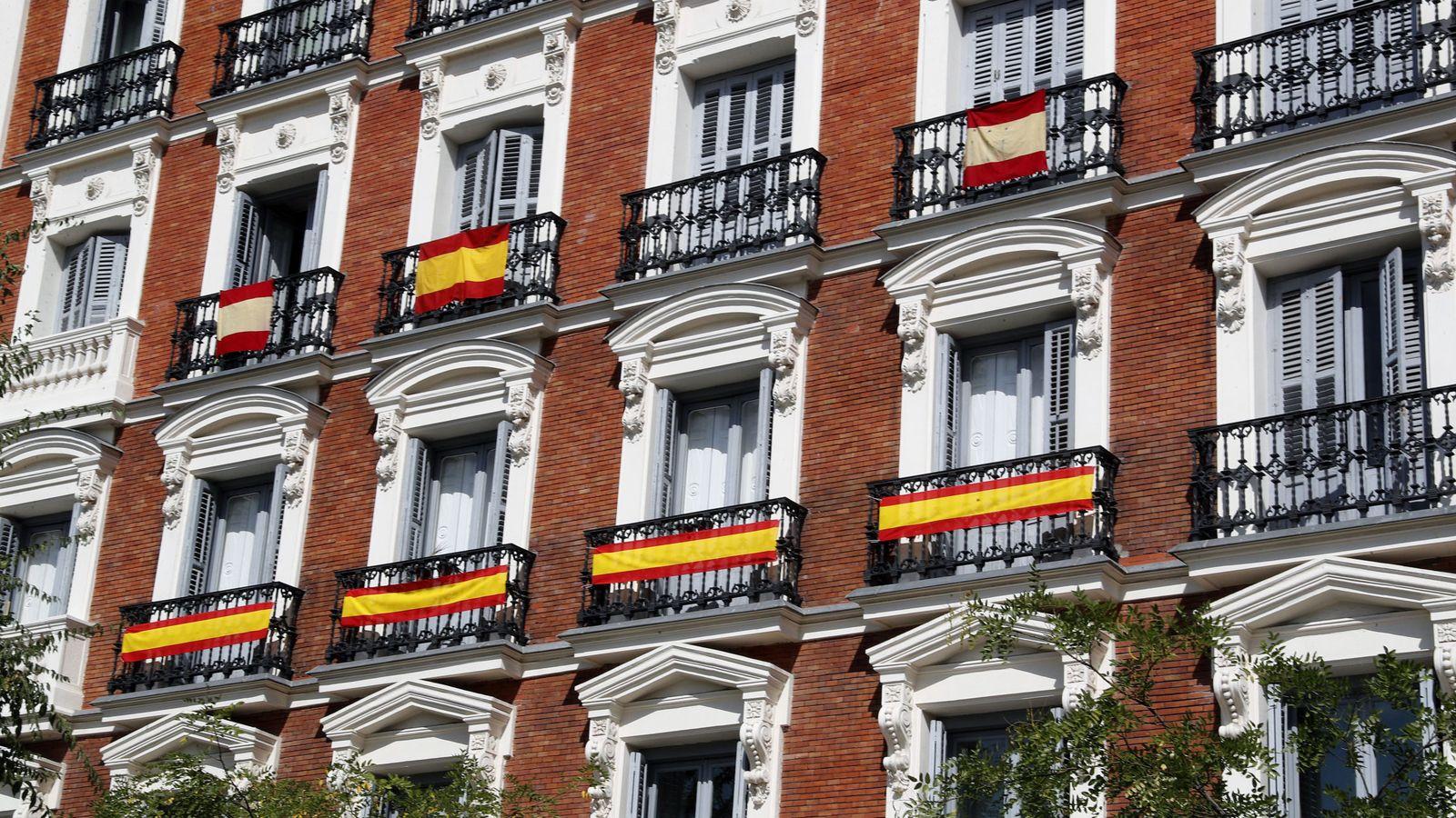 Foto: Varias banderas cuelgan de los balcones en Madrid. (EFE)