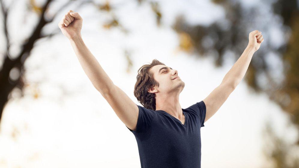 Foto: Alza los brazos al cielo sin miedo, el antitranspirante es tu mejor aliado si sabes cómo usarlo. (iStock)