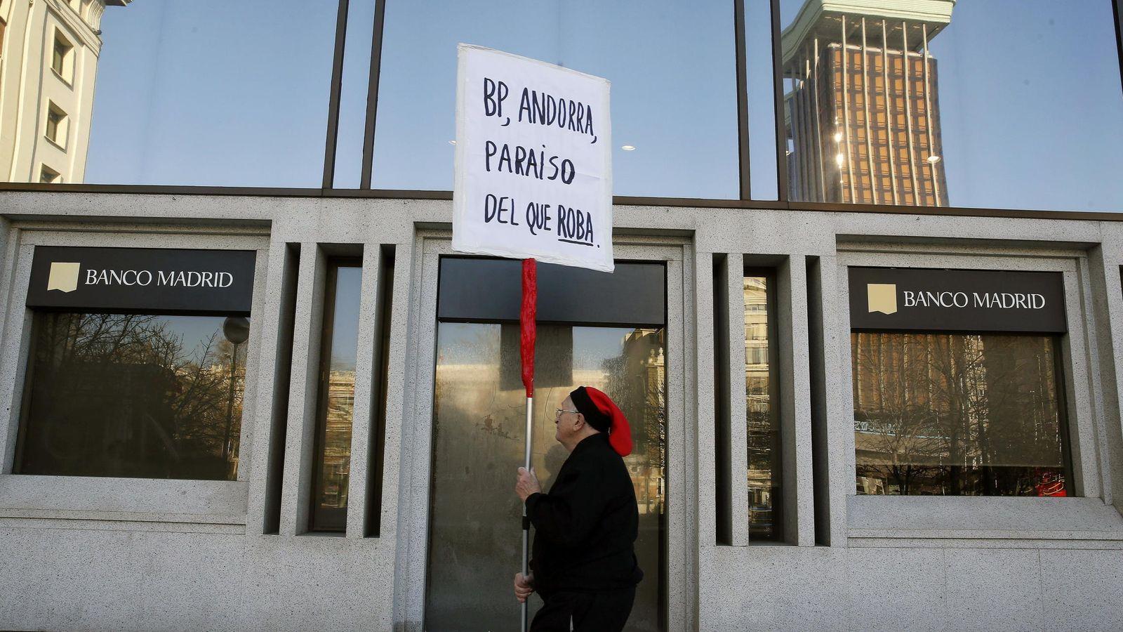 Foto: Un hombre protesta ante la sede del Banco de Madrid (EFE)