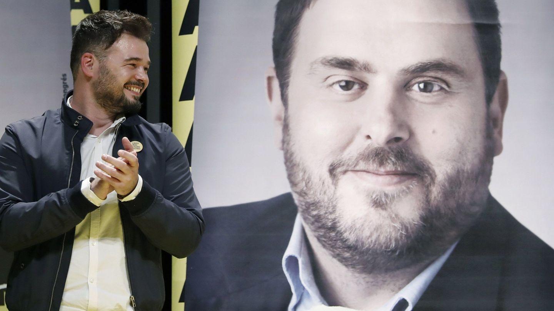 El cabeza de lista al Congreso por ERC, Gabriel Rufián, junto a una foto del presidente del partido, Oriol Junqueras. (EFE)