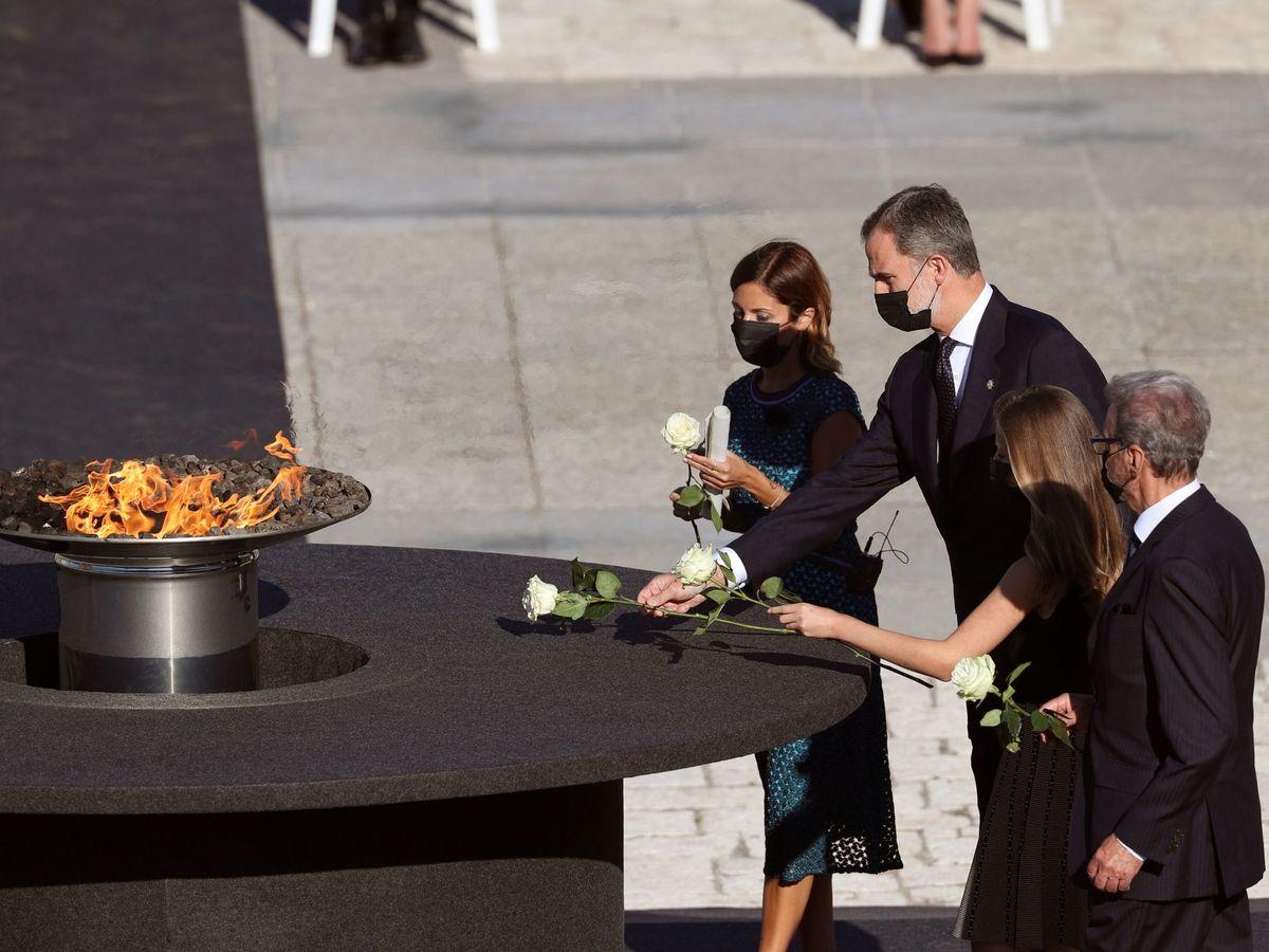 Foto: Felipe VI (2i), la princesa de Asturias (2d), la jefa del servicio de Urgencias del Hospital Vall d'Hebron, Aroa López (i), y Hernando Calleja (d), hermano del periodista José María Calleja, en la ofrenda floral. (EFE)