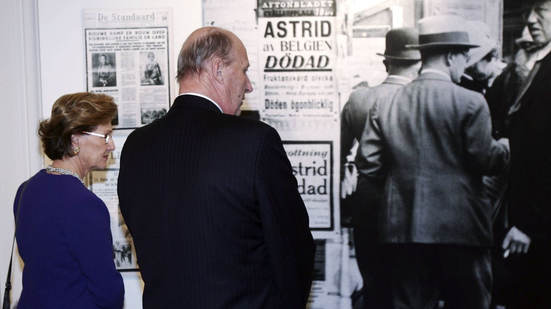 Harald y Sonia de Noruega miran las portadas del día de la muerte de Astrid. (CP)