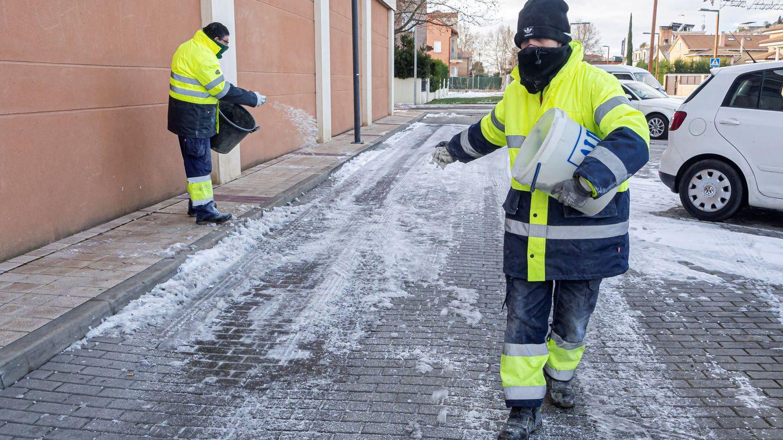 Operarios de Valladolid esparcen sal por las calles. (EFE)