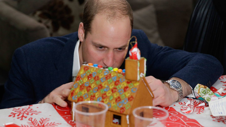 El príncipe Guillermo inspecciona una casita de jengibre. (Getty)