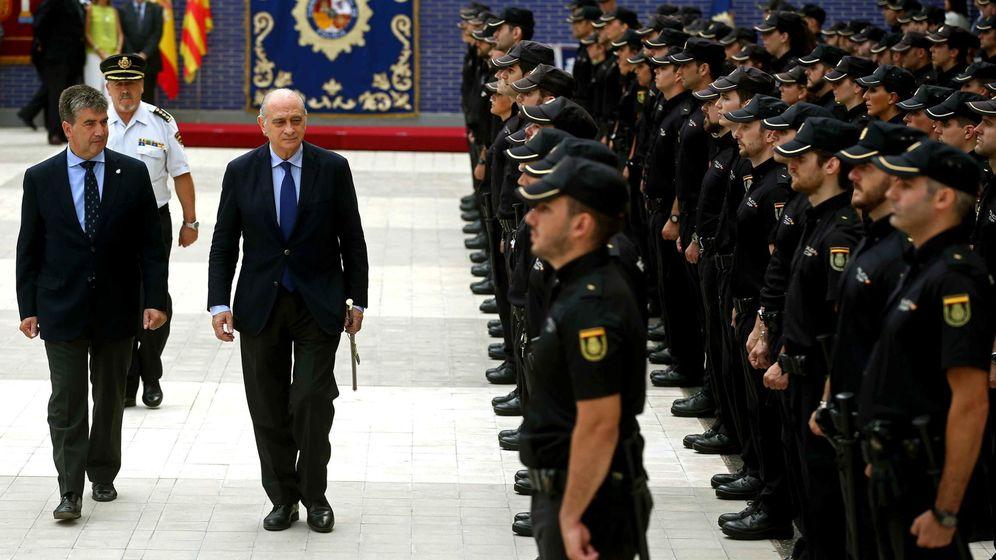 Foto: El ministro del Interior, Jorge Fernández Díaz (c), y el director general de la Policía, Ignacio Cosidó  en un acto de la Policía Nacional. (EFE)