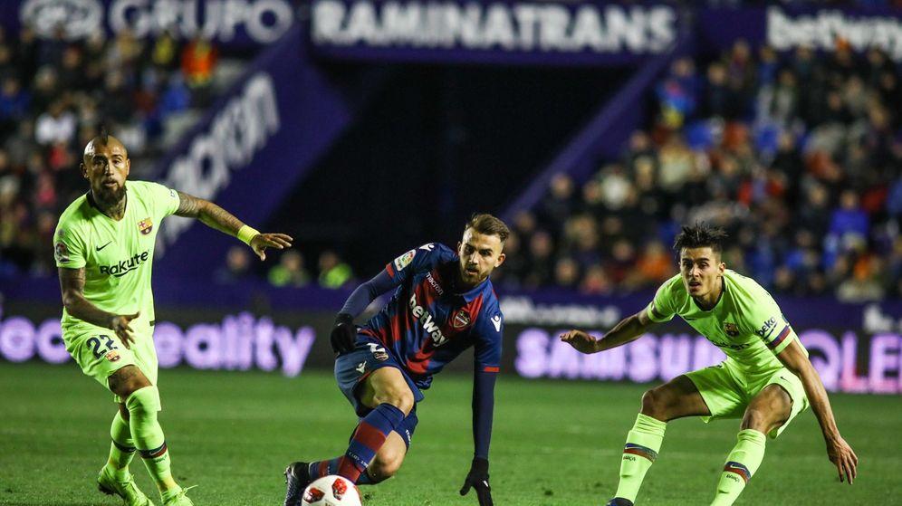 Foto: Chumi (d), con la camiseta del Barcelona, en el partido frente al Levante. (Cordon Press)