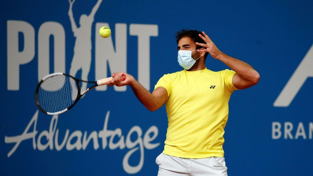 Foto: Benjamin Hassan, jugando con mascarilla el torneo de exhibición alemán. (Reuters)