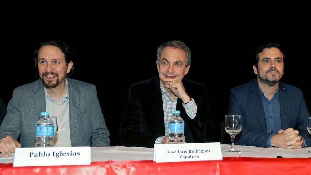 Foto: El expresidente del Gobierno español José Luis Rodríguez Zapatero (c), el líder de Podemos, Pablo Iglesias (i), y el de Izquierda Unida, Alberto Garzón, durante el acto de apoyo al presidente de Bolivia, Evo Morales. (EFE)