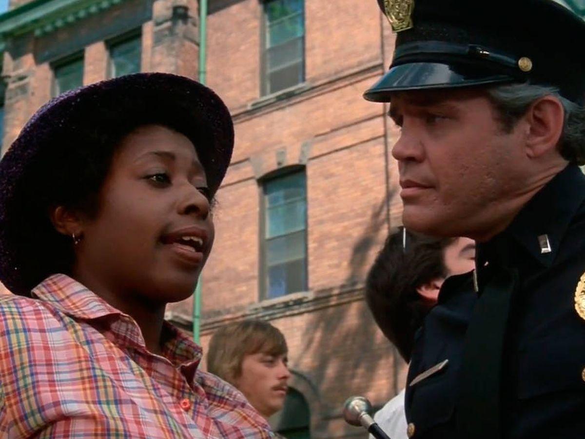 Foto: Marion Ramsey, en su primera aparición en 'Loca academia de policía' (YouTube)