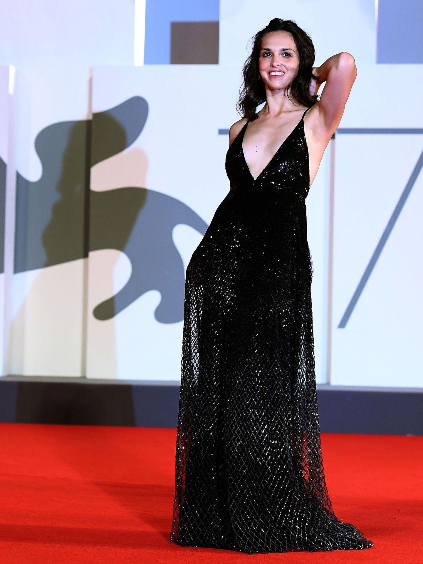 La actriz Sara Serraiocco, en la presentación de 'Non Odiare' con vestido largo de tirantes, de red en color negro y pronunciado escote. (EFE)