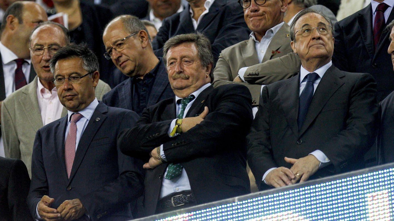Florentino Pérez (d), en el partido de ida de la Supercopa. (EFE)