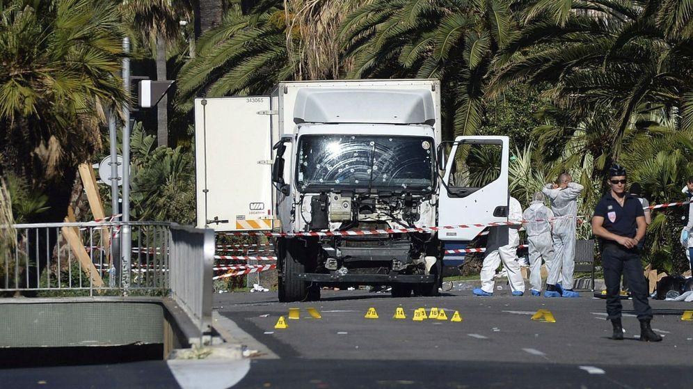 Foto: Varios policías inspeccionan el estado del camión con el que fue cometido el atentado en Niza. (Efe)