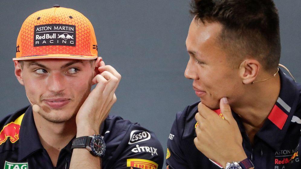 Foto: Max Verstappen y Alexander Albon en rueda de prensa. (EFE)
