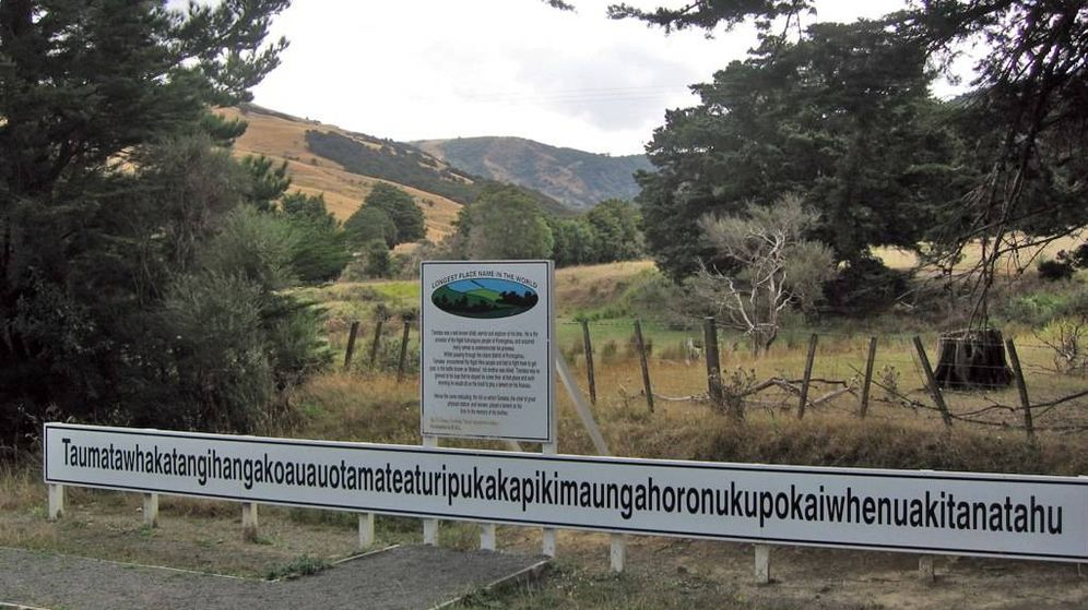 Foto: Imagen del nombre del pueblo neozelandés, con la montaña donde se encuentra al fondo. (CC)