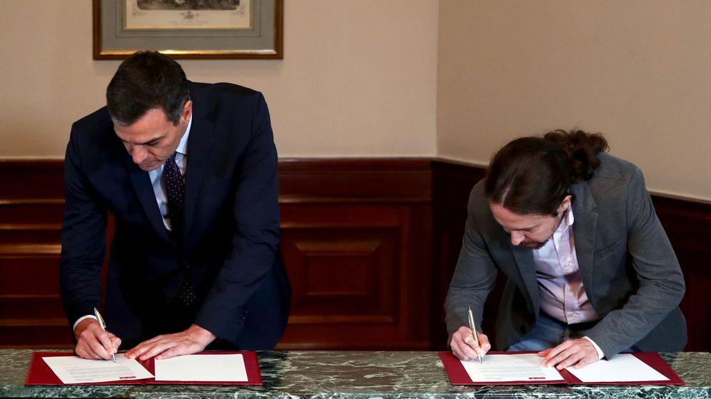Foto: Pedro Sánchez y Pablo Iglesias durante la firma del preacuerdo. (Reuters)
