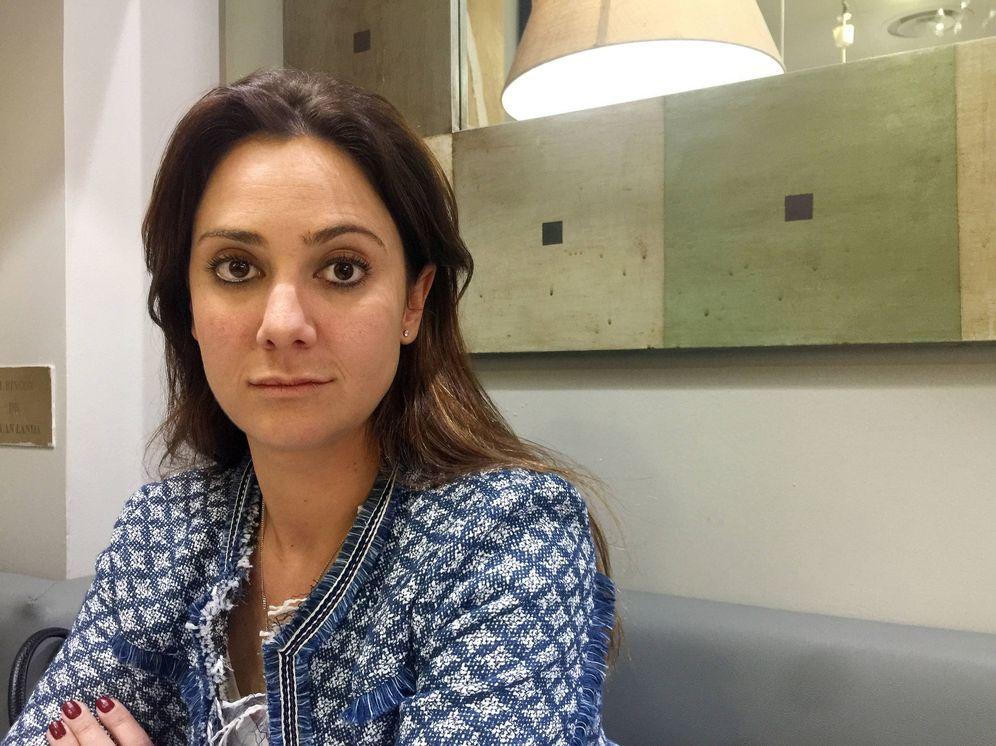 Foto: Sandra Villavicencio, hija del marqués de Larios, en una cafetería tras su desalojo. (Foto: A.S.)